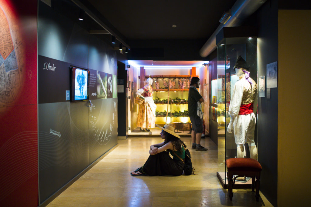 Una visitante en una de las salas del Museo de la Seda.